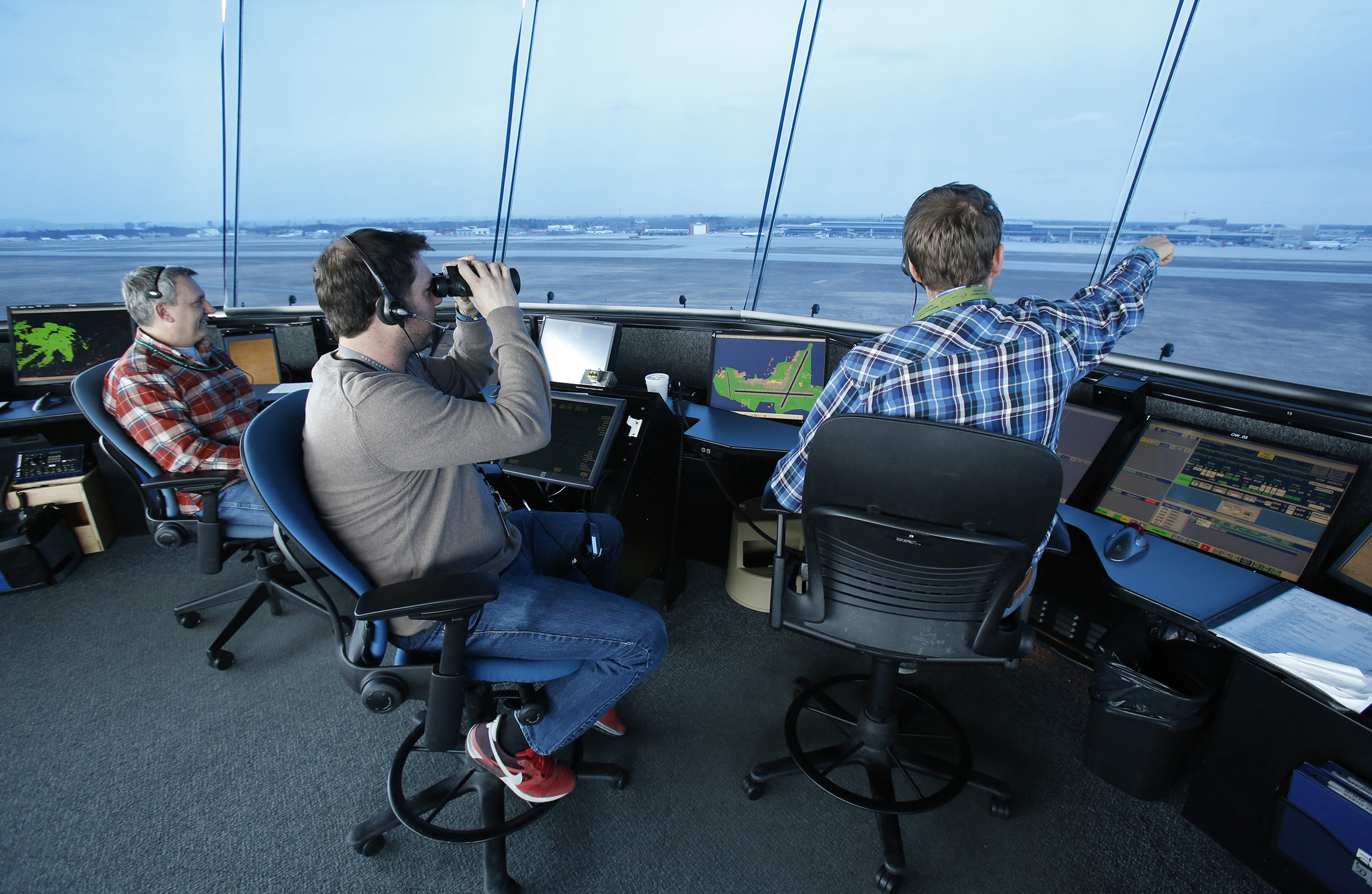 Air traffic controllers direct airport traffic at the Nav Canada tower at the Ottawa International Airport in Ottawa, Ontario, Canada on Wednesday, April 6, 2016. Photographer: Patrick Doyle/Bloomberg